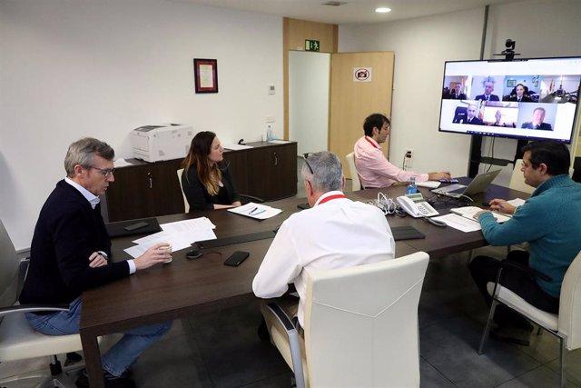 El vicepresidente de la Xunta, Alfonso Rueda, en una reunión con representantes de la Policía Local de Galicia