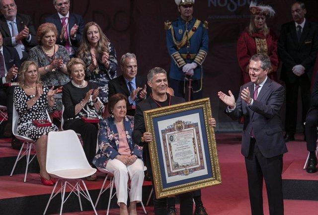 Alejandro Sanz recibe el título de hijo adoptivo de Sevilla