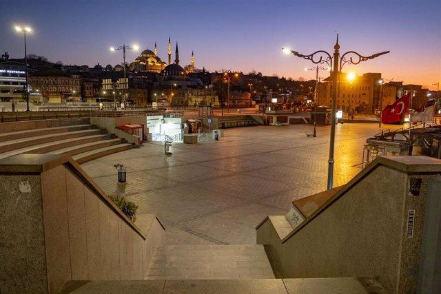 Una plaza del centro de Estambul, desierta por el coronavirus