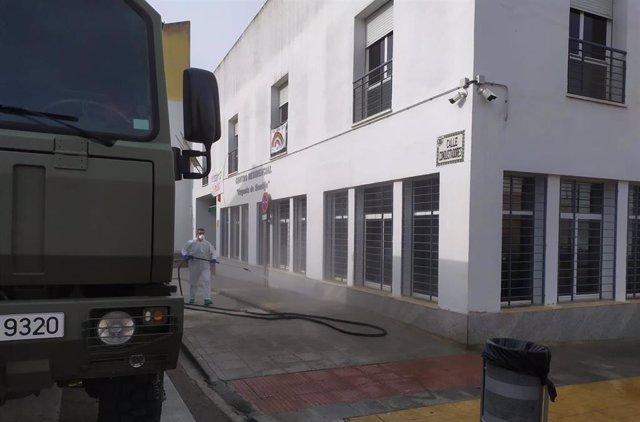 Militares desinfectan la residencia de Montijo.