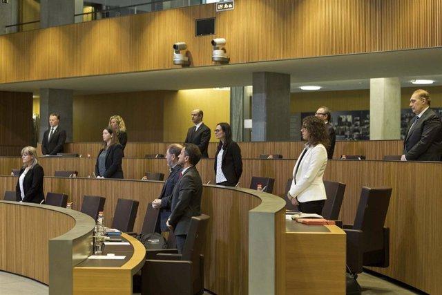 Los parlamentarios andorranos guardan un minuto de silencio por las víctimas del coronavirus al iniciar la sesión del Consell General d'Andorra el 18/4/2020
