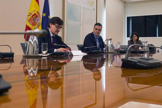 (I-D) El ministro de Sanidad, Salvador Illa y el presidente del Gobierno, Pedro Sánchez; se reúnen por videoconferencia, en Madrid (España) a 18 de abril de 2020.