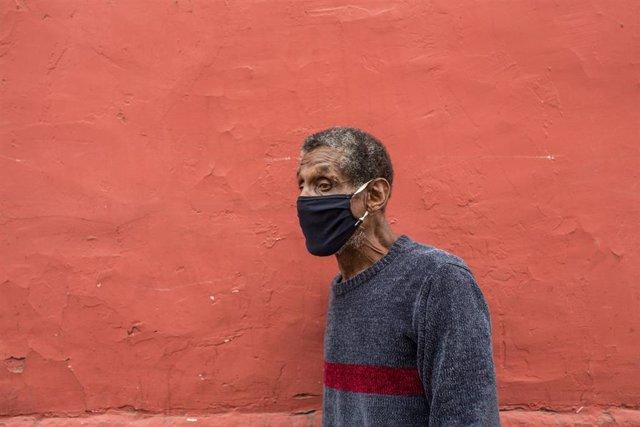 Imagen de un hombre con mascarilla en Lima.