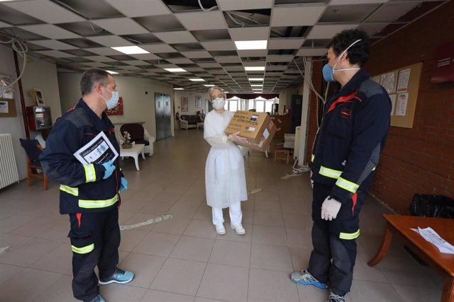 Bomberos del Ayuntamiento de Móstoles entregan material sanitario al personal de la Residencia Virgen de la Concepción en Navalcarnero (80 mascarillas y batas)
