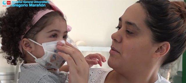Imagen de Chloe, la niña a la que el Hospital Gregorio Marañón realizó un transplante de corazón con un dispositivo especial en plena pandemia de coronavirus, con su madre.