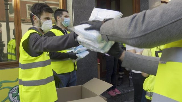 Voluntarios de la DYA hacen acopio de mascarillas.