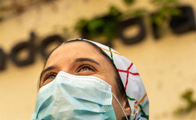 Miembro del personal sanitario del Hospital Quirón Sagrado Corazón, en Sevilla