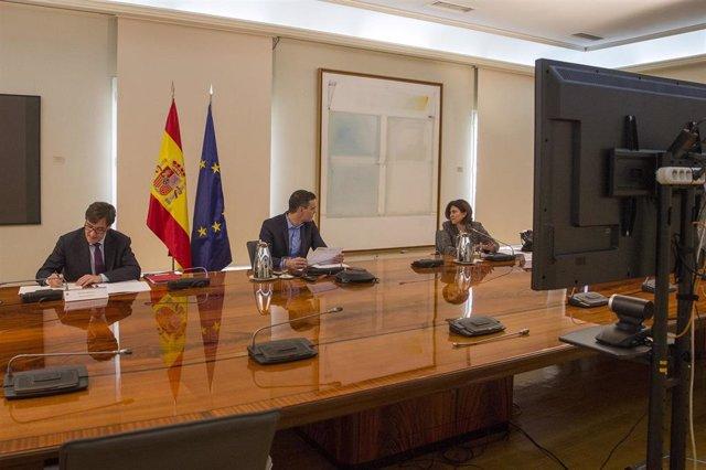 (D-I) El ministro de Sanidad, Salvador Illa; el presidente del Gobierno, Pedro Sánchez;, se reúnen por videoconferencia con el Comité Científico del Covid-19