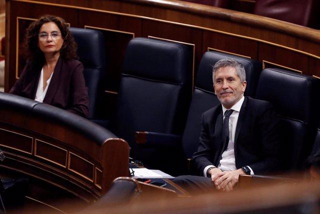 El ministro del Interior, Fernando Grande-Marlaska (d)