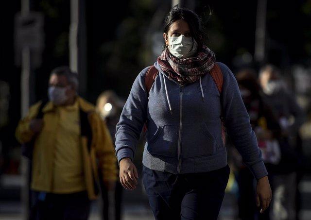 Mujer con mascarilla en Buenos Aires