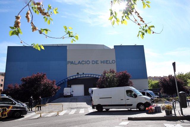 Un furgón fúnebre sale del Palacio de Hielo, lugar que la Comunidad de Madrid cerrará el miércoles como recinto temporal y extraordinario habilitado para recibir a fallecidos por el coronavirus.