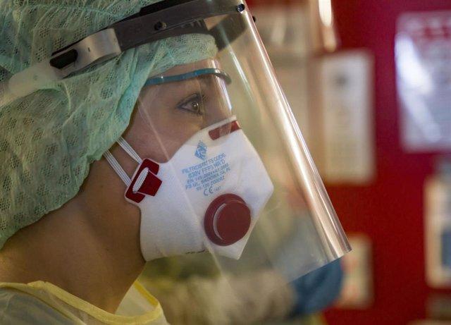 Una enfermera con traje de protección en un hospital alemán