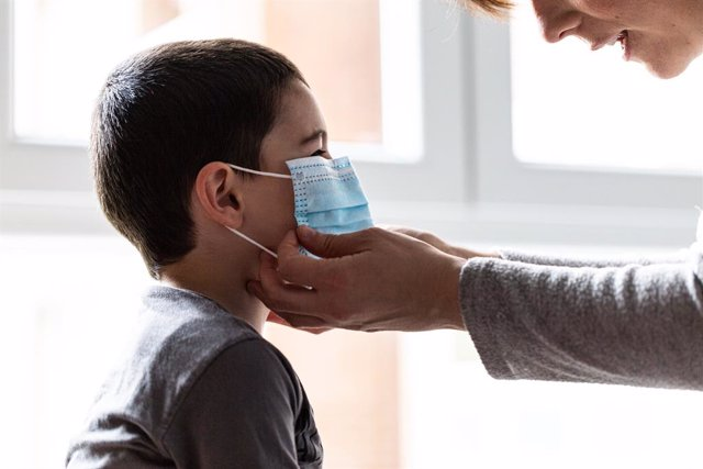 Una mare col·loca el seu fill una mascarilla, a Vitòria/Euskadi (Espanya) a 19 d'abril de 2020.