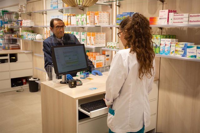 Un hombre acude a una farmacia a por una mascarilla el mismo día en el que la Generalitat comienza a repartir una primera tanda de 1,5 millones de mascarillas a la población, en Barcelona/Catalunya (España) a 20 de abril de 2020.