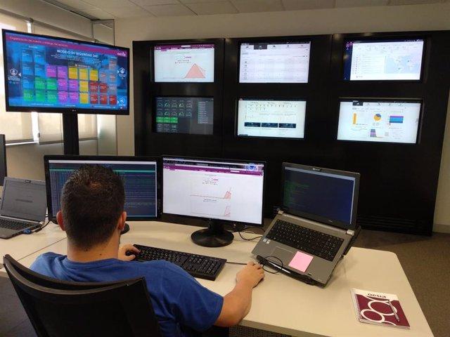 Un experto en ciberseguridad trabajando