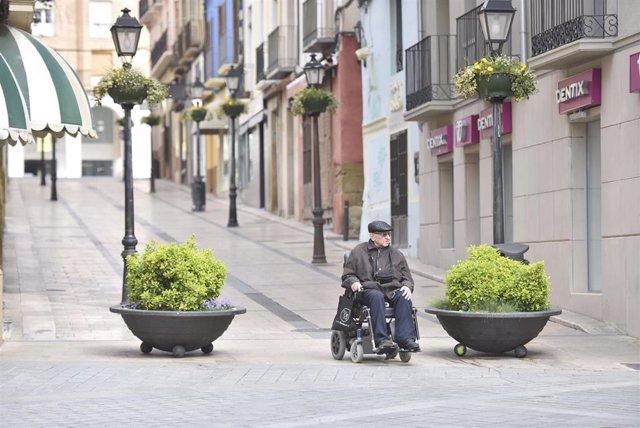 Un hombre en silla de ruedas en el cuarto día laborable del estado de alarma por coronavirus, en Huesca, Aragón (España), a 19 de marzo de 2020.