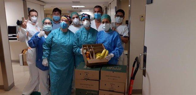 Sanitaris del Centre Teknon de Barcelona, rebent caixes de fruita de Refruiting