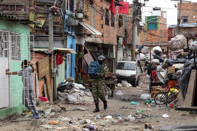Soldado colombiano distribuye comida a la población confinada de Bogotá en plena pandemia de coronavirus