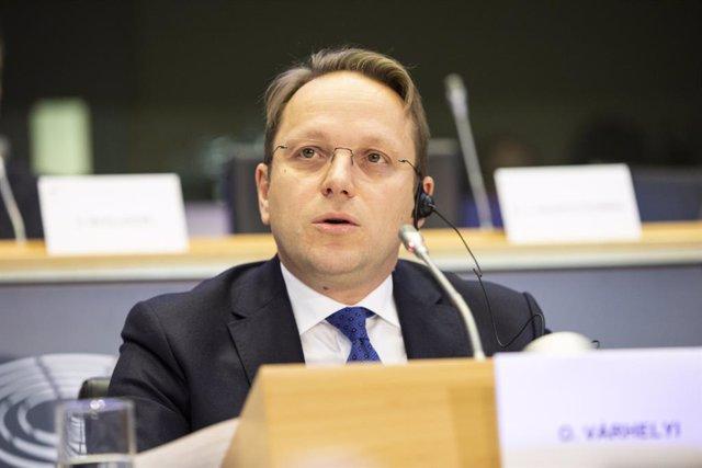 UE.- El comisario húngaro borra un mensaje que compartió de la extrema derecha i