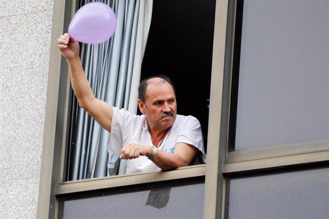 Un paciente festeja desde la ventana durante el homenaje diario a los sanitarios en el Hotel Miguel Ángel, transformado en Hospital como consecuencia de la pandemia de coronavirus en Madrid, España, a 17 de abril de 2020.