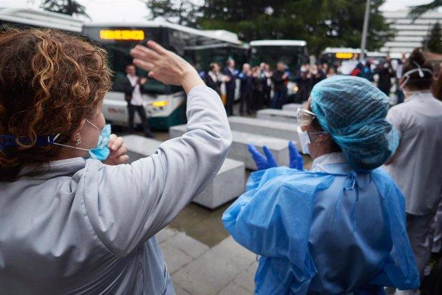 Varios sanitarios agradecen los aplausos durante el homenaje recibido por los trabajadores del transporte público en el Hospital de Navarra durante el confinamiento impuesto por el Estado de Alarma provocado por el coronavirus, COVID19. En Pamplona, Navar