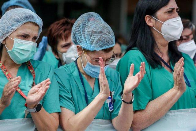 """Sanitarios del Hospital Severo Ochoa de Leganés aplauden durante el homenaje al enfermero de quirófano de 57 años fallecido por Covid-19, quien en la Unidad de Cuidados Intensivos (UCI), según indicó el propio hospital, luchó """"incansablemente, durante día"""
