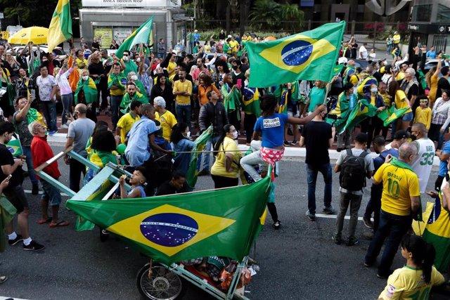 Manifestación de ciudadanos en Sao Paulo pidiendo la reapertura de negocios en el país