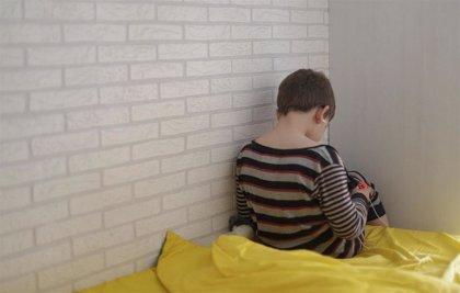 Consejos pediátricos para la salida de niños a la calle: Media hora de paseo, de la mano de un adulto y con mascarilla