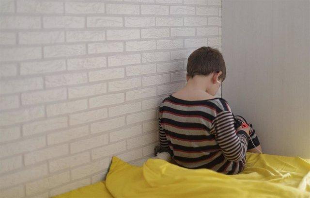Un niño de 8 años juega y habla con sus amigos a través de una videoconsola durante el Estado de Alarma