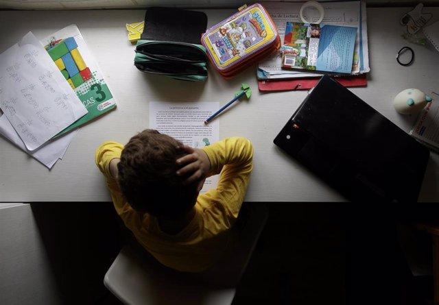 Un niño estudia y hace los deberes en su casa de Madrid durante la cuarentena.