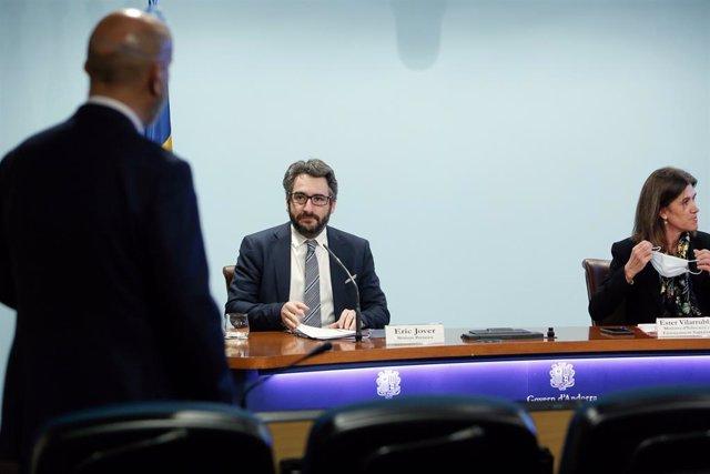 El ministre de Salut, Joan Martínez Benazet (d'esquena), el ministre de Finances i Portaveu, Eric Jover, i la ministra d'Educació i Ensenyament Superior, Ester Vilarrubla.