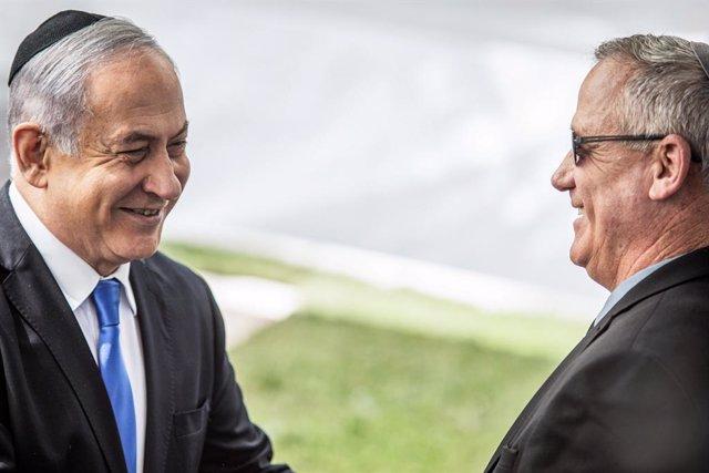 El primer ministro de Israel, Benjamin Netanyahu (i), y el líder del opositor Azul y Blanco, Benjamin Gantz (d)