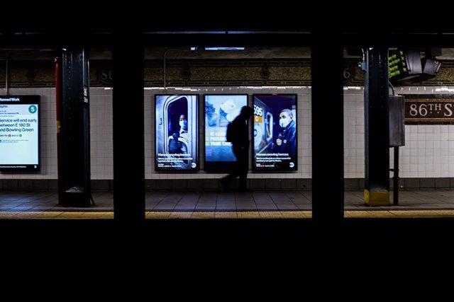Un hombre en el metro de Nueva York durante la pandemia de coronavirus