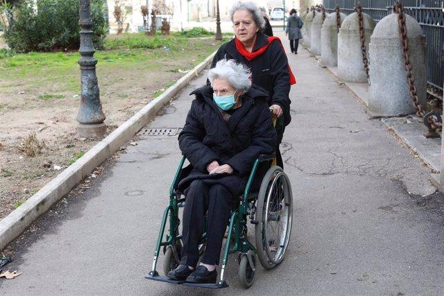Anciana con una mascarilla por el coronavirus en Roma, Italia