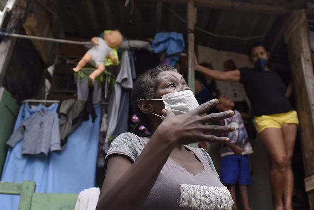 Coronavirus.- Brasil corrige su último balance diario y desciende la cifra de mu