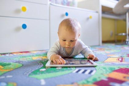 Nuevo riesgo de dejar a los bebés delante de pantallas