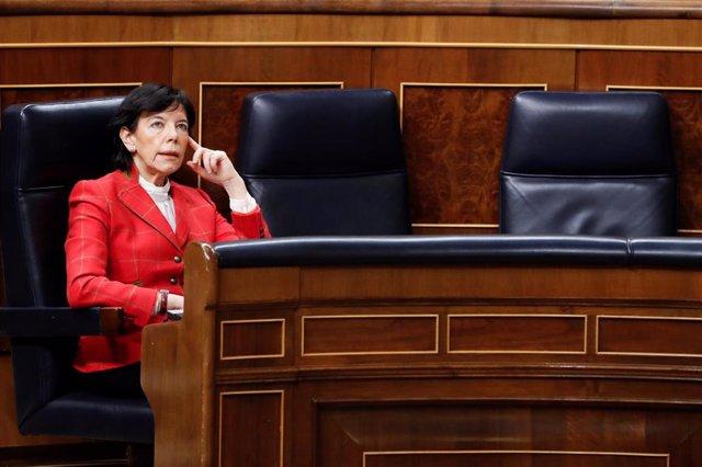 La ministra de Educación, Isabel Celaá, durante la primera sesión de control al Ejecutivo celebrada en el Congreso desde que se declaró el estado de alarma el pasado 14 de marzo, un pleno reclamado desde hace semanas por la oposición y que girará en todo
