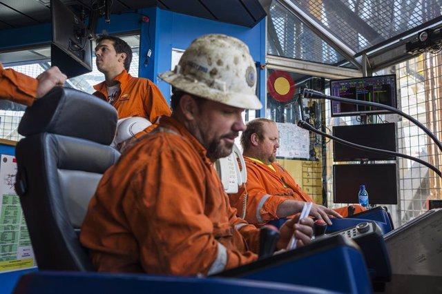 Economía.- El petróleo Brent acelera su caída, mientras el crudo de EEUU intenta