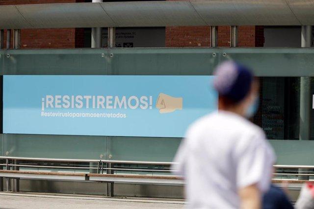 Cartel en el que se lee '¡Resistiremos!' en el exterior del hospital de campaña de IFEMA. En Madrid (España) a 20 de abril de 2020.