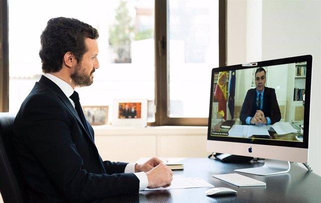 El líder del PP,  Pablo Casado, conversa por videoconferencia con el presidente del Gobierno,  Pedro Sánchez. Madrid. 20 de abril de 2020.