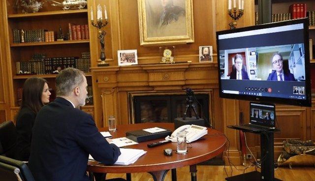 Sus Majestades los Reyes se han reunido hoy por videoconferencia con el presidente de Farmaindustria, Martín Sellés, y el director general, Humberto Arnés