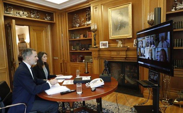 Los Reyes Felipe y Letizia durante la videoconferencia con investigadores del CSIC