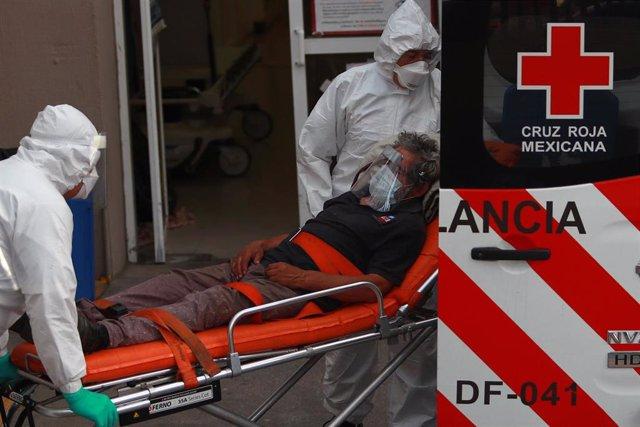 Personal sanitario en México atiende a un enfermo de coronavirus