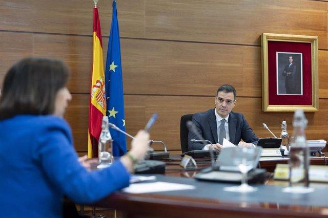 El presidente del Gobierno, Pedro Sánchez  y la ministra de Defensa, Margarita Robles.