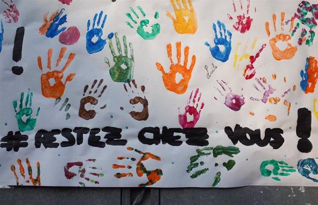 Un cartel invitando a quedarse en casa en Francia