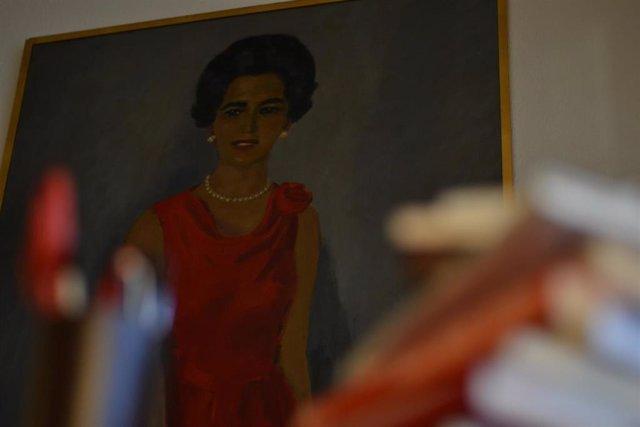 Retrado de Ángeles de Castro en el despacho del escritor Miguel Delibes en su casa de Valladolid.