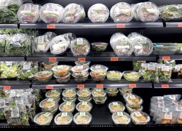 Neveras con packs de ensaladas en la sección de frutas y verduras de  un supermercado de Madrid.