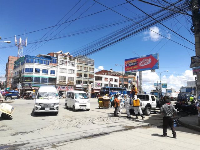Trabajos de descontaminación por el coronavirus en la ciudad boliviana de El Alto
