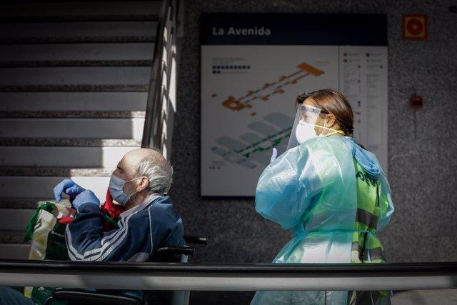 Un hombre protegido con mascarilla tras conseguir el alta en el hospital de campaña de IFEMA.
