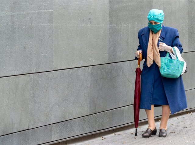 Isabel, una señor de 94 años que ha sido enfermera se dirige a una farmacia de Triana el día 34 del estado de alarma. Sevilla a 17 de abril del 2020